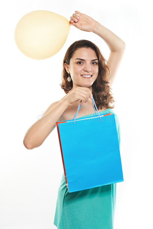 Девушка улыбки с бумажной сумкой подарка стоковые фотографии rf