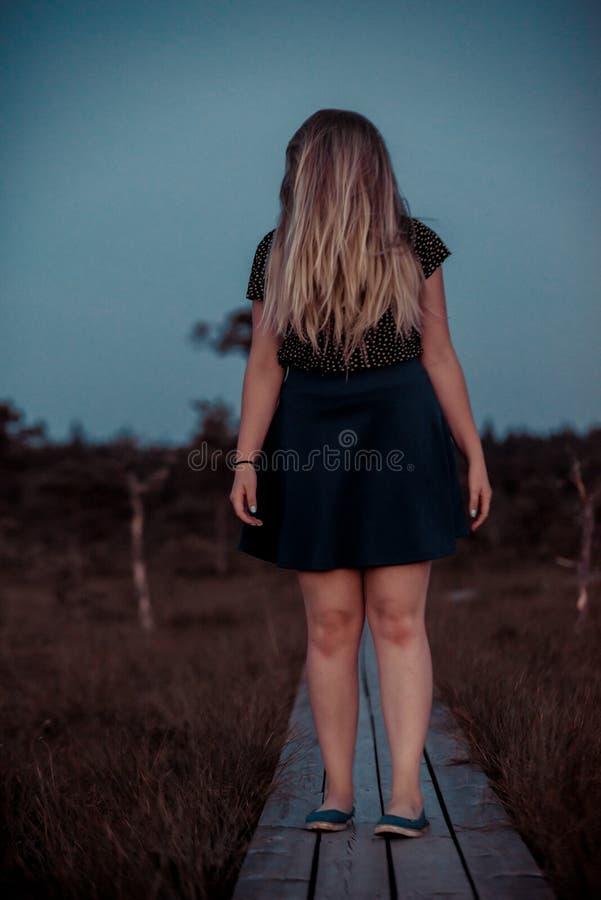 Девушка фильма ужасов Scay стоя в трясине стоковые изображения