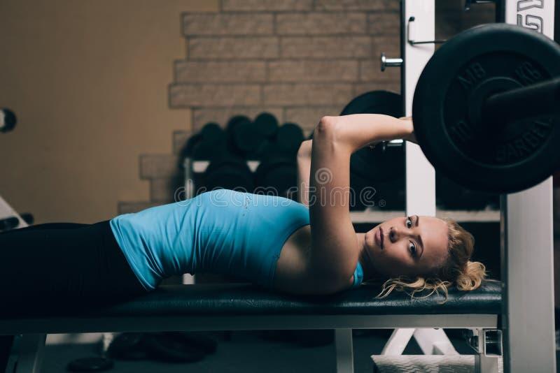 Девушка фитнеса белокурая стоковые изображения