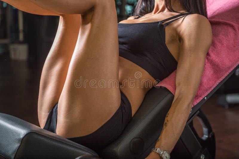 Девушка фитнеса тренирует ее нагнетать ног стоковые фотографии rf