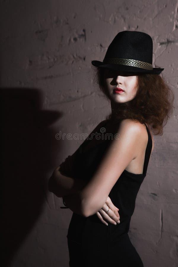 Девушка фильма noir в ретро изображении стоковая фотография