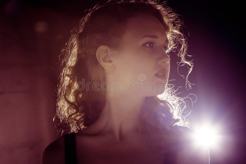 Девушка фильма noir в ретро изображении стоковые фотографии rf