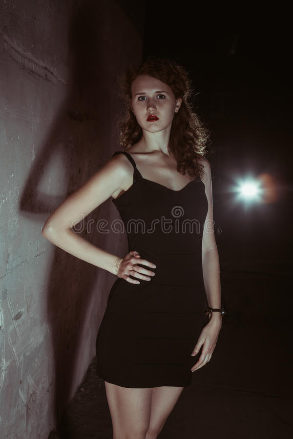 Девушка фильма noir в ретро изображении стоковое изображение