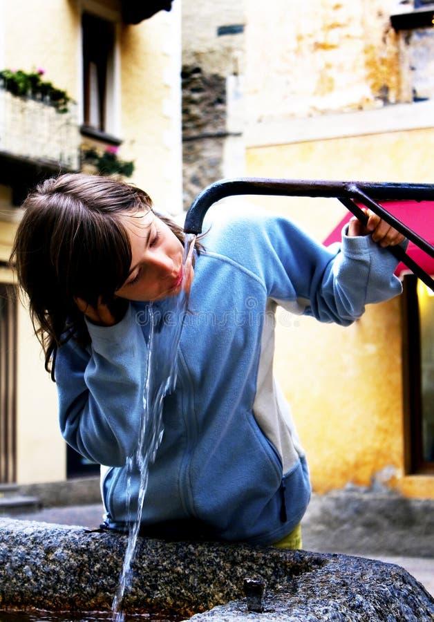 девушка фонтана стоковые изображения rf