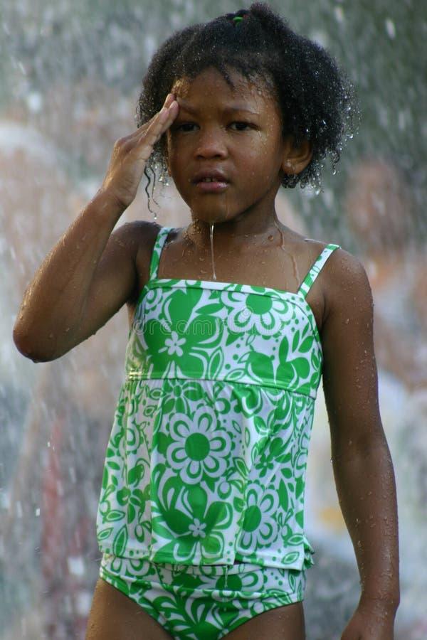 девушка фонтана стоковая фотография rf