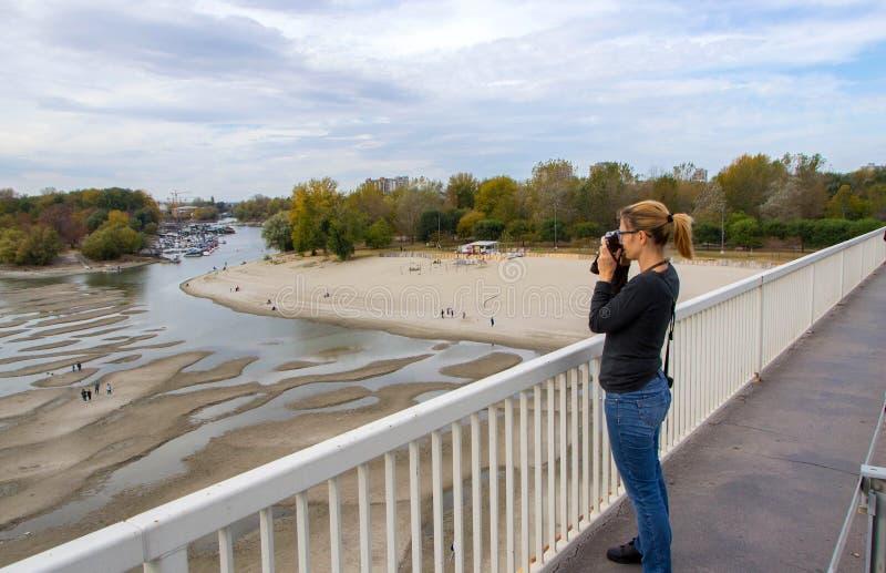 Девушка фотографирует пляж стоковое изображение rf