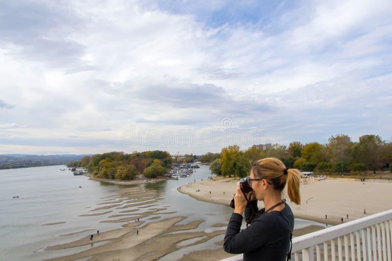 Девушка фотографирует пляж стоковое изображение