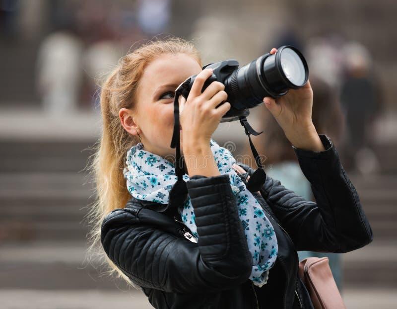 Девушка фотографируя визирования на отклонении города стоковое изображение rf