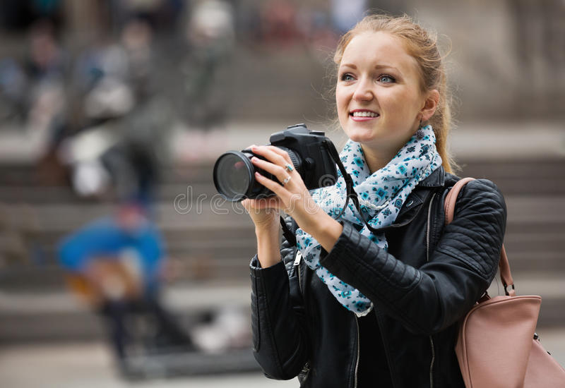 Девушка фотографируя визирования на отклонении города стоковое фото