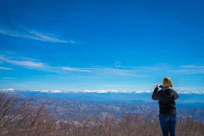 Девушка фотографируя в национальном парке Lovcen стоковое изображение