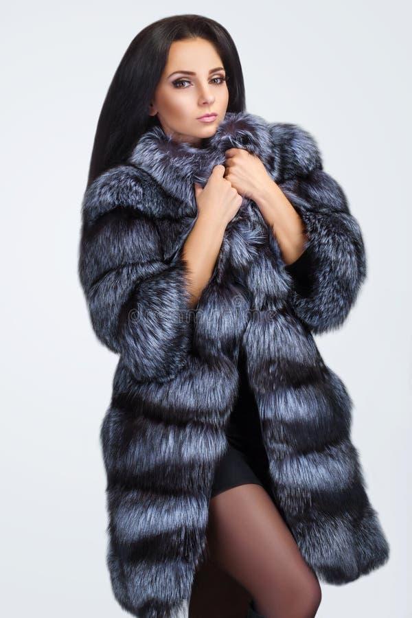 Девушка фотомодели красоты в голубой меховой шыбе норки стоковое фото rf