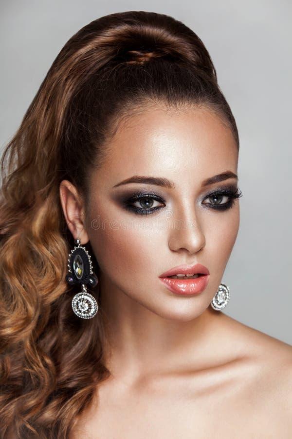 Девушка фотомодели брюнет красоты с длинным здоровым курчавым коричневым ponytail волос стоковое изображение rf