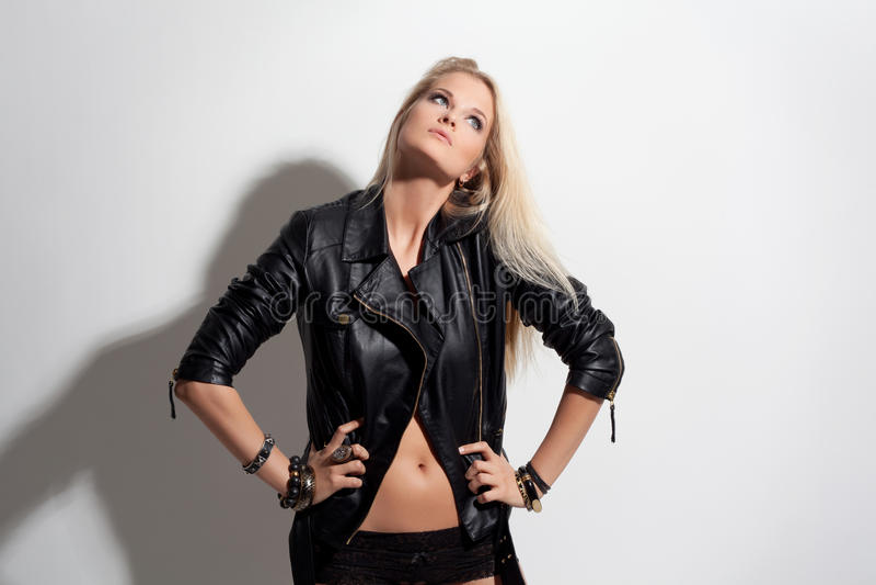 Девушка фотомодели красоты в кожаной куртке и шортах стоковые фото