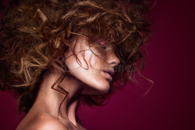 Девушка фотомодели красоты с ярким составом стоковое изображение rf