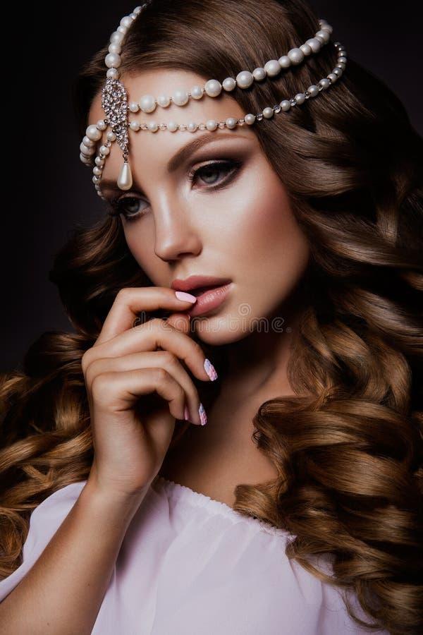 Девушка фотомодели красоты с ярким составом стоковые фото