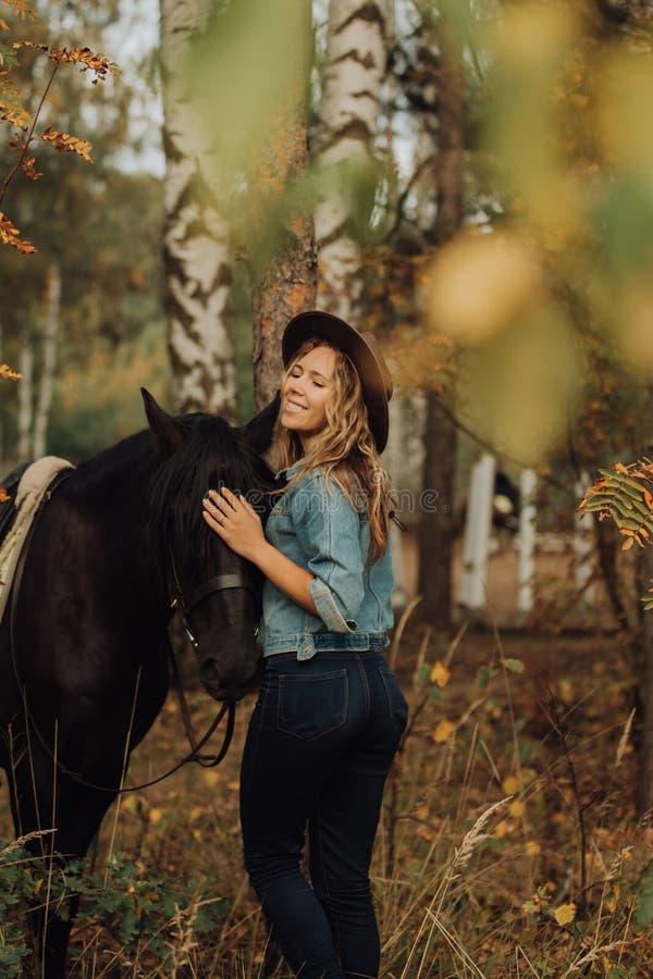 Девушка хипстера с лошадью в усмехаться древесин стоковые изображения rf