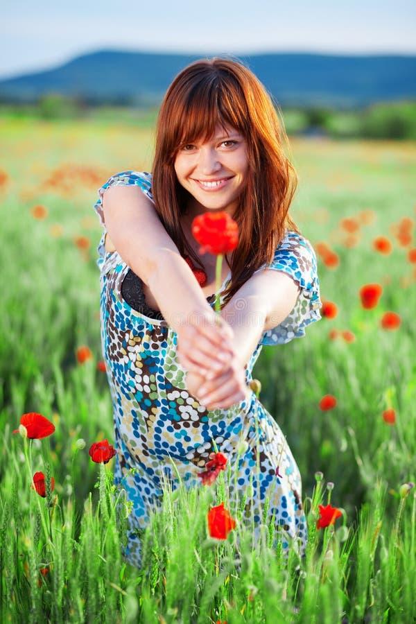 девушка цветка давая усмехаться стоковая фотография rf