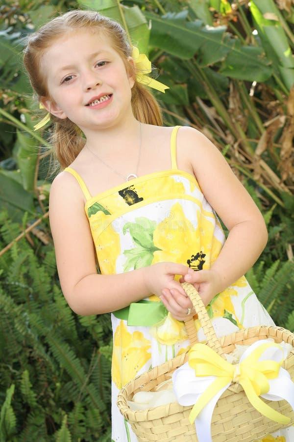 девушка цветка корзины держа маленькие лепестки милым стоковая фотография