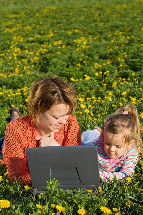 девушка цветка поля меньшяя женщина весны стоковые фотографии rf