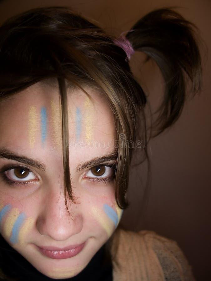 девушка чирлидера смотря усмедущся стоковая фотография rf