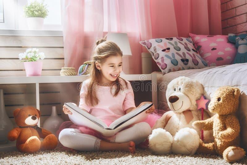 Девушка читает книгу стоковое изображение rf