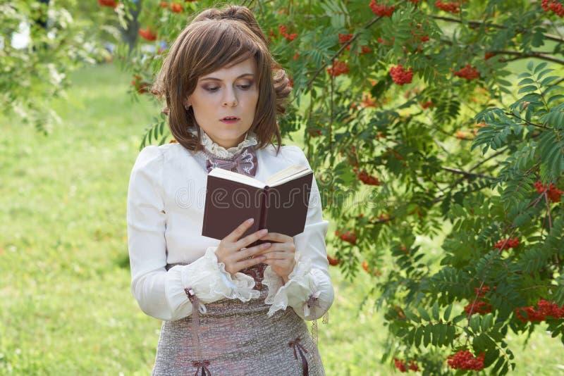Девушка читает стоковые изображения