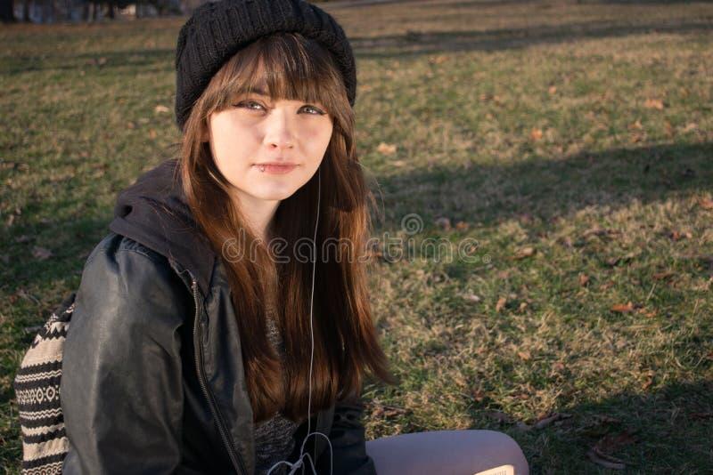 Девушка читая 4 стоковая фотография
