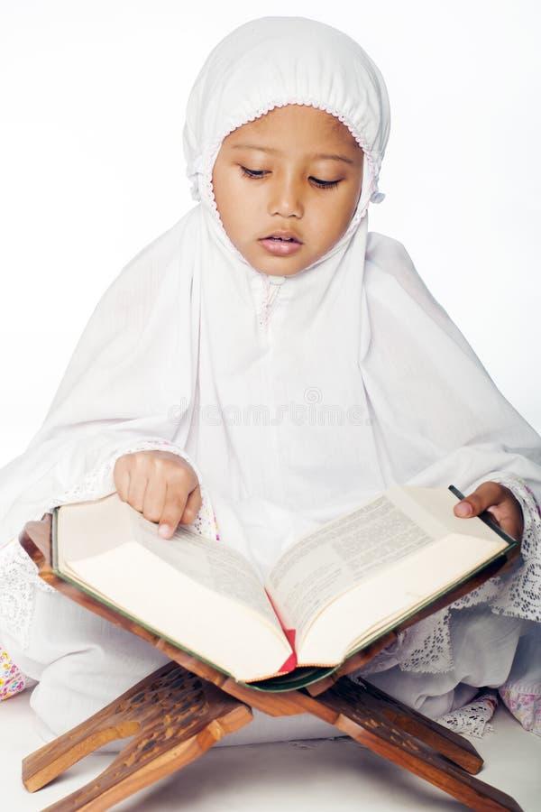 Девушка читая Quran стоковые изображения rf