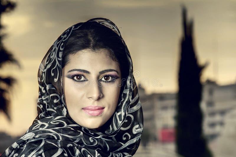 Девушка чувственной красоты аравийская с hijab стоковое изображение