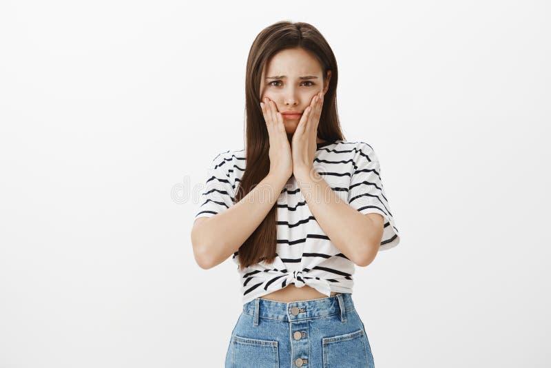 Девушка чувствуя уныла ужасного toothache, нужный извлекает зуб премудрости Портрет осадки потревожился милая женщина, сжимая стоковое изображение