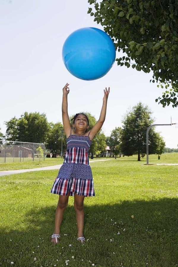 девушка шарика немногая меча вверх стоковая фотография