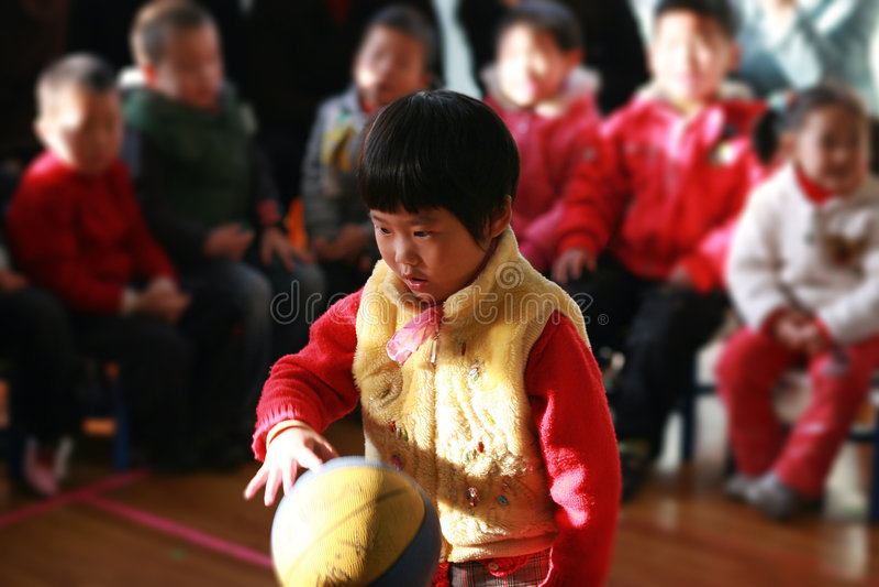 девушка шарика немногая patting стоковое изображение rf