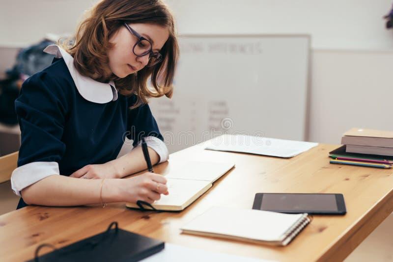 Девушка на работе в школе работа по веб камере моделью в светлоград