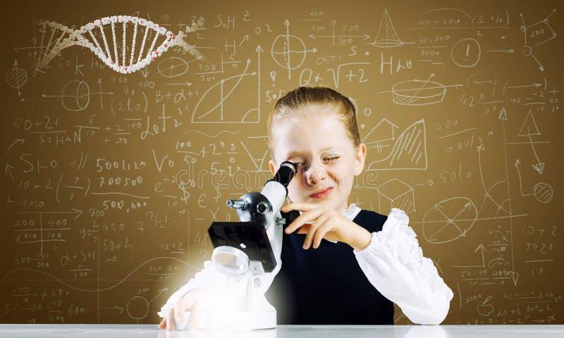 Download Девушка школы на уроке стоковое изображение. изображение насчитывающей модель - 41651513