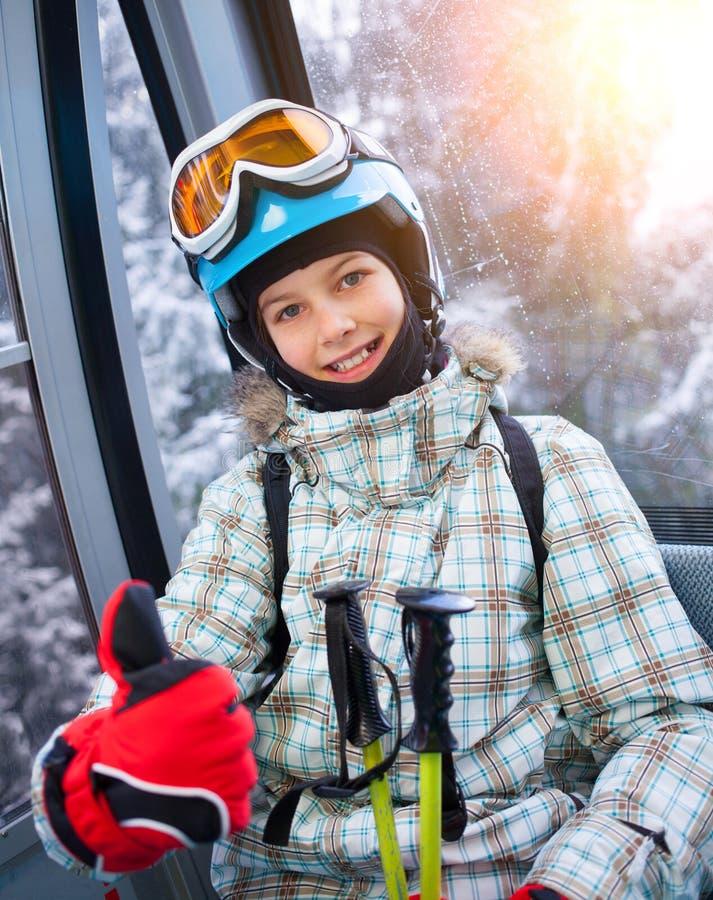 Девушка лыжника на подъеме лыжи стоковая фотография rf