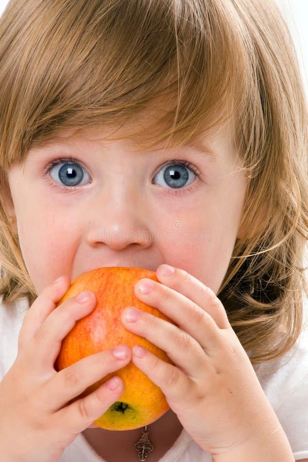 девушка яблока близкая есть изолированная довольно вверх стоковое фото