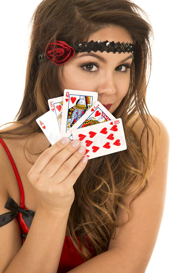 Девушка язычка с карточками в показе руки близком они стоковые изображения rf