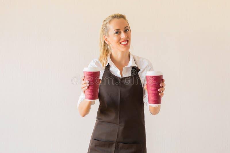 Девушка Barista держа чашки кофе стоковая фотография rf