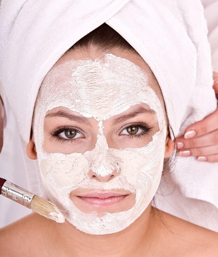 девушка beautician делает массаж маски к стоковая фотография