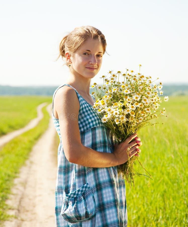девушка camomiles букета стоковая фотография rf