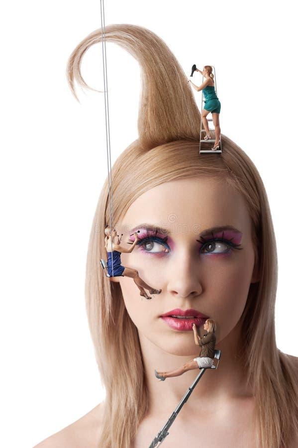 девушка costruction красотки вниз стоковое фото