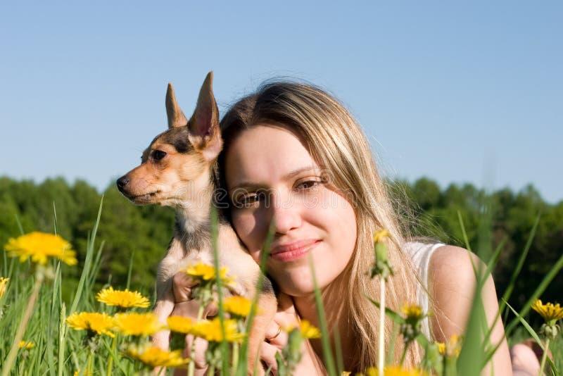 девушка doggy малая стоковое фото