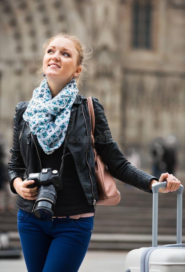 Девушка Europenian фотографируя визирования стоковое изображение