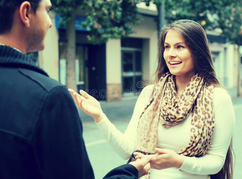 Девушка flirting с парнем на улице стоковая фотография