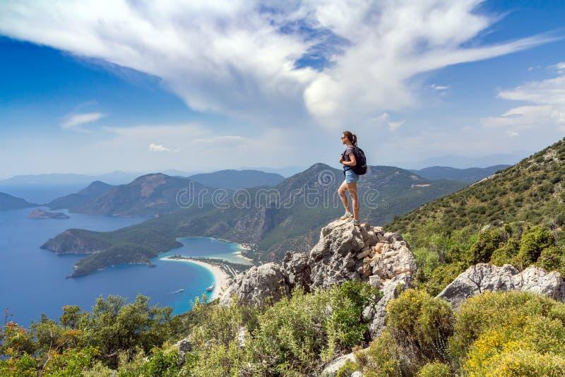 Девушка Hiker на верхней части горы стоковые изображения rf