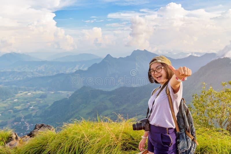 Девушка Hiker с счастливым на горе Fa хиа Phu стоковое изображение
