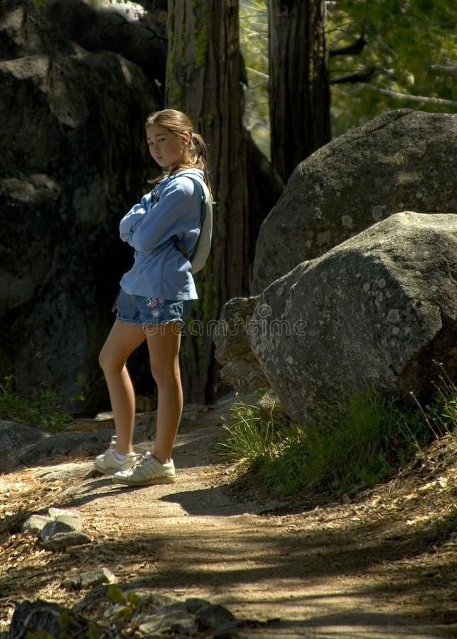 девушка hiking подростковая тропка стоковые фото