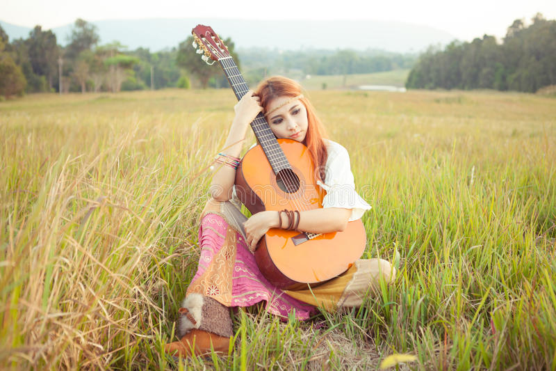 Download Девушка Hippie играя гитару на траве Стоковое Изображение - изображение насчитывающей природа, счастливо: 40582901