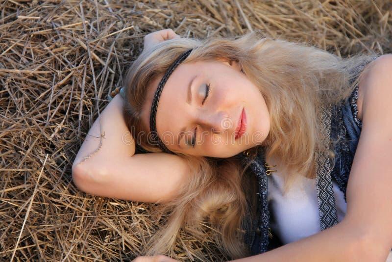 Девушка Hippie с веснушками, серыми глазами, светлыми волосами, длиной плеча стоковые изображения rf