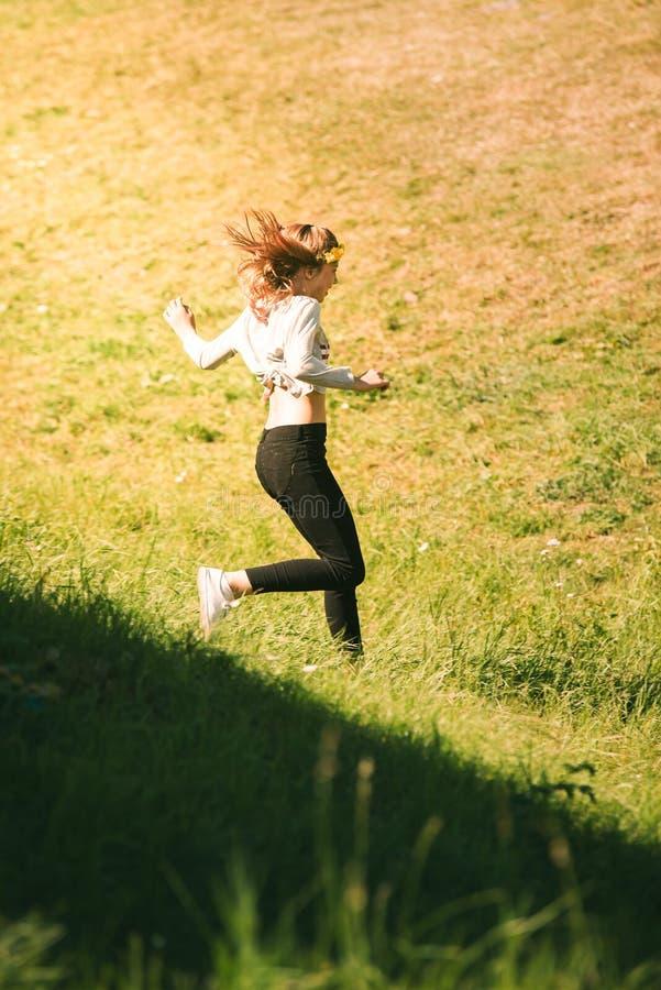 Девушка hippie цветка подростка наслаждаясь летом стоковое фото rf